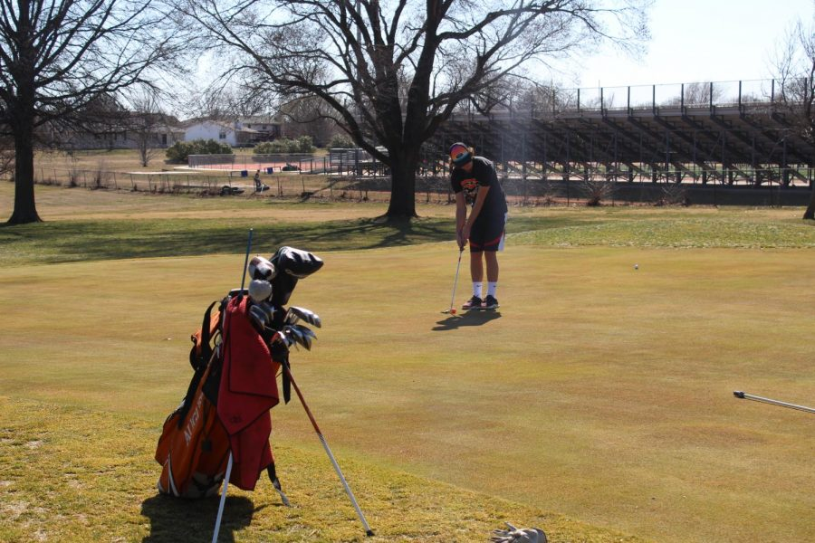 Kyle+Scott+%2811%29+lines+up+his+shot+while+practicing+at+the+Augusta+Country+Club.+This+is+where+the+JV+Invitational+was+held.